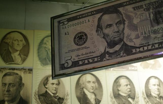 1月12日、正午のドル/円は、前日ニューヨーク市場午後5時時点に比べ、ドル安/円高の114.79/81円だった。写真はワシントンで2015年3月撮影(2017年 ロイター/Gary Cameron)