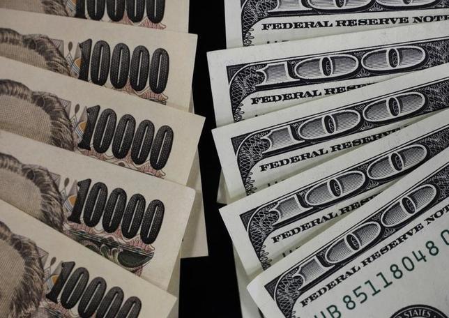 1月12日、午後3時のドル/円は、前日ニューヨーク市場午後5時時点に比べ、ドル安/円高の114.41/43円だった。トランプ次期米大統領の会見では詳細な政策への言及がなく、失望感から上値の重さが意識された。写真は都内で2011年8月撮影(2017年 ロイター/Yuriko Nakao)