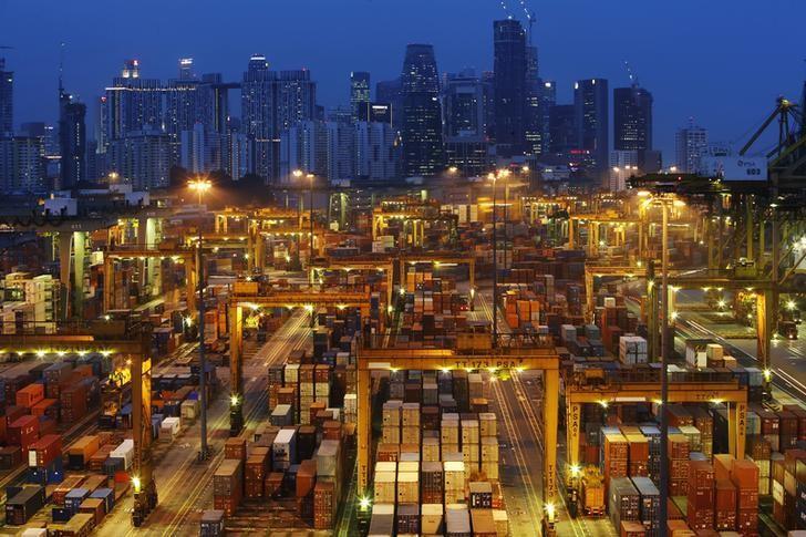 图为夜幕下的新加坡港口码头和中央商务区天际线。REUTERS/Edgar Su