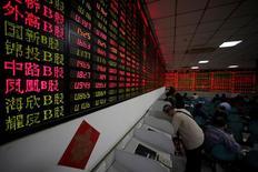 Инвесторы в брокерском доме в Шанхае. Китайские фондовые индексы снизились по итогам торгов четверга третий день подряд, так как инвесторы проявляли осторожность в преддверии празднования Нового года по Лунному календарю, и акции компаний малой капитализации обновили десятимесячный минимум.  REUTERS/Aly Song