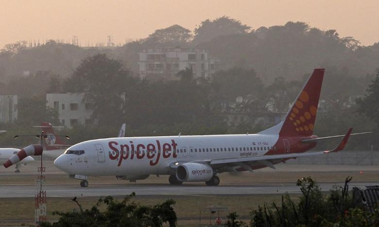 A SpiceJet Boeing 737-800 aircraft taxis on the tarmac after landing at Chhatrapati Shivaji international airport in Mumbai November 26, 2012. REUTERS/Danish Siddiqui