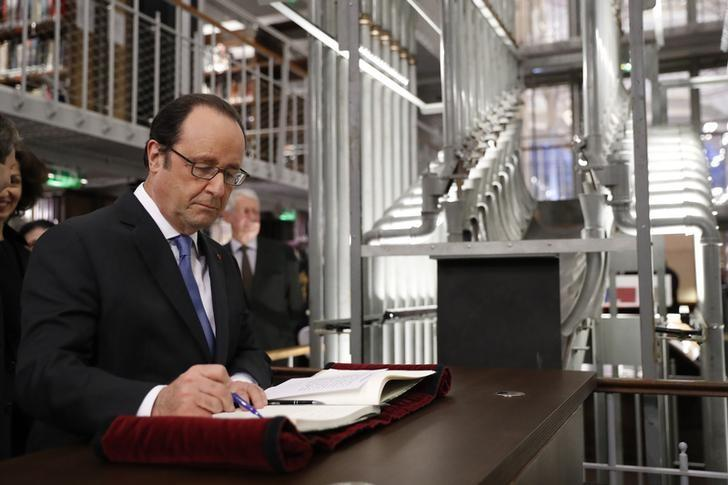 French President Francois Hollande signs a book as he inaugurates the renovated spaces of the Richelieu National French Library ''Bibliotheque Nationale de France'' in Paris, France, January 11, 2017. REUTERS/Gonzalo Fuentes