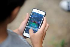 Un joueur de Pokémon Go. Unibail-Rodamco a annoncé jeudi avoir signé un partenariat avec le groupe américain Niantic, le développeur de Pokémon Go, pour permettre aux utilisateurs de jouer dans certains de ses centres commerciaux. /Photo prise le 3 septembre 2016/REUTERS/Mark Kauzlarich