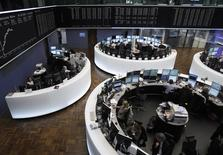 Les Bourses européennes sont en très légère baisse jeudi à mi-séance. Vers 12h10 GMT, le CAC 40 affiche un modeste recul de 0,05%, le FTSE baisse de 0,04% alors que le Dax perd plus franchement 0,44%. /Photo d'archives/REUTERS/Alex Domanski