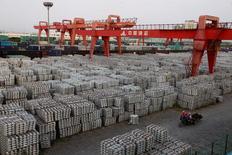 Des lingots d'aluminium à Wuxi dans la province de Jiangsu en Chine. Le gouvernement des Etats-Unis a déposé jeudi une plainte  auprès de l'Organisation mondiale du commerce (OMC) contre les subventions chinoises à l'aluminium. /Photo d'archives/REUTERS/Aly Song