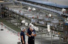 Lavoratori alla fabbrica dell'acqua Nestle Vera a Castrocielo, in Lazio. REUTERS/Max Rossi
