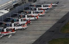 as compañías brasileñas Gol, TAM y Azul en el aeropuerto Santos Dumont en Río de Janeiro, ene 12, 2017. El Gobierno de Brasil redactó un decreto que permitiría a empresas extranjeras tener un 100 por ciento de propiedad de aerolíneas con sede en el país, publicó el jueves el diario Valor Econômico.  REUTERS/Nacho Doce