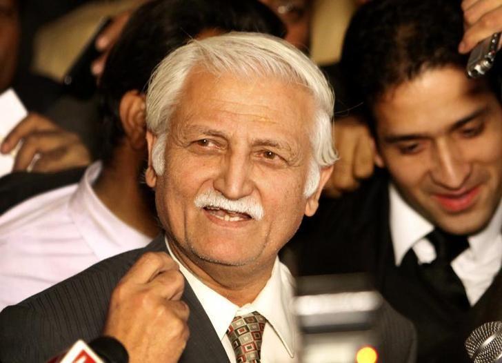 Farhatullah Babar speaks to the media in Islamabad December 16, 2009.  REUTERS/Faisal Mahmood/Files