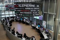Les Bourses européennes ont terminé en baisse jeudi. À Paris, l'indice CAC 40 a terminé en baisse de 0,51% (24,74 points) à 4.863,97 points. Le Footsie britannique a fini sur une note stable (+0,03%), soutenu par les valeurs minières et pétrolières, et le Dax allemand a perdu 1,07%. /Photo prise le 14 décembre 2016/REUTERS/Benoit Tessier