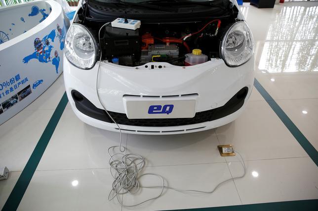 1月11日、世界最大の電気自動車(EV)市場である中国では、政府の助成を受けた国内メーカーの安価な車種が中心となり、米テスラ・モーターズや日産自動車を抑えている。写真は上海のディーラーショップに置かれた「Chery eQ」モデル(2017年 ロイター/Aly Song)