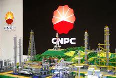 Las importaciones chinas de petróleo saltaron en diciembre a un máximo histórico al incrementar las refinerías las compras ante a un posible acuerdo de la OPEP para recortar la producción e impulsar los precios. En la foto de archivo, el logo de  CNPC (China National Petroleum Corporation) en la Conferencia Mundial de Gas en París el 2 de junio de 2015.  REUTERS/Benoit Tessier