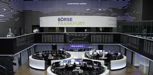 """Трейдеры фондовой биржи во Франкфурте-на-Майне за работой 11 января 2017 года. Акции Европы подорожали в начале торгов пятницы во главе с автомобильным сектором, в то время как британский индекс """"голубых фишек"""" обновил исторический максимум и готовится показать рекордную 14-ю сессию роста кряду. REUTERS/Staff/Remote"""