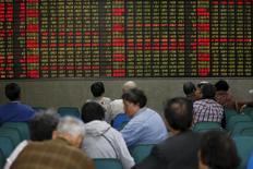 Инвесторы в брокерской конторе в Шанхае 21 апреля 2016 года. Китайские фондовые индексы завершили торги пятницы разнонаправленно, но снизились по итогам недели под давлением акций технологического сектора на фоне беспокойства инвесторов по поводу стоимостной оценки акций компаний малой капитализации ввиду ускорившегося процесса утверждения IPO. REUTERS/Aly Song