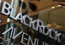 Логотип BlackRock в Нью-Йорке . BlackRock Inc, крупнейшая в мире инвестиционная компания, в пятницу отчиталась о превысившей прогнозы квартальной прибыли благодаря сокращению расходов на фоне бегства в низкозатратные инвестиции. REUTERS/Shannon Stapleton/File Photo
