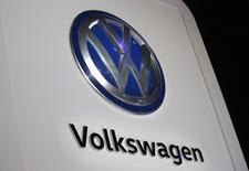 Volkswagen a déconseillé à ses cadres dirigeants de se rendre aux Etats-Unis après l'inculpation de six dirigeants et ex-dirigeants du groupe pour leur rôle dans le dossier de la fraude aux émissions polluantes. /Photo prise le 10 janvier 2017/REUTERS/Mark Blinch