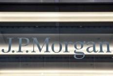 JPMorgan Chase & Co, el mayor banco de Estados Unidos por activos, anunció el viernes beneficios e ingresos más sólidos de lo esperado, ayudado por un aumento en la actividad de los inversores vinculado a las elecciones presidenciales del país. En la imagen, el logo de JP Morgan en Nueva York, el 10 de enero de 2017. REUTERS/Stephanie Keith