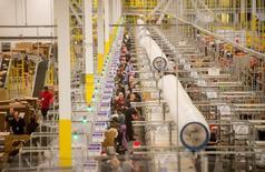 Trabajadores en la bodega de Amazon en Tracy, EEUU , nov 30, 2014. Los inventarios de las empresas en Estados Unidos anotaron su mayor incremento en casi un año y medio en noviembre, impulsados  por un fuerte avance en las existencias de minoristas, lo que sugiere que la inversión en inventarios contribuiría al crecimiento económico del cuarto trimestre del 2016.  REUTERS/Noah Berger