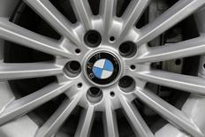 Un logo de BMW en la rueda de un auto en Ciudad de México. 3 de julio de 2014. El presidente electo de Estados Unidos, Donald Trump, ha advertido que Washington impondrá un impuesto fronterizo de 35 por ciento a los autos que la automotriz alemana BMW planea construir en una nueva planta en México y exportar al mercado estadounidense. REUTERS/Carlos Jasso