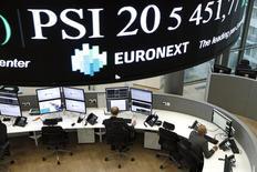 La plupart des Bourses européennes étaient en recul modéré lundi à la mi-séance. À Paris, l'indice CAC 40 recule de 0,68% vers 11h45 GMT. À Francfort, le Dax perd 0,73% mais à Londres, le FTSE prend 0,07%. /Photo d'archives/REUTERS/Benoit Tessier