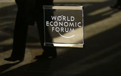 Un hombre pasa cerca del logo oficial del Foro Económico Mundial en Davos, Suiza. 16 de enero 2017. Una guerra comercial entre Estados Unidos y China y el fortalecimiento del dólar figuran entre las mayores amenazas que enfrenta un mejor panorama económico global, según importantes economistas en el Foro Económico Mundial de Davos.  REUTERS/Ruben Sprich