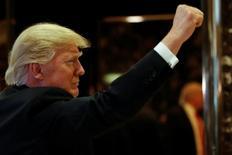 El Fondo Monetario Internacional elevó el lunes su proyección sobre el crecimiento económico de Estados Unidos en 2017 y 2018 por los planes fiscales del presidente electo, Donald Trump, aunque advirtió que eso se verá contrarrestado en su mayor parte por un crecimiento más débil en mercados emergentes clave. En esta imagen de archivo, Trump gesticula en la entrada de la Torre Trump en Nueva York, el 13 de enero de 2017. REUTERS/Shannon Stapleton