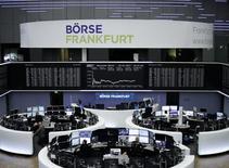 """Les Bourses européennes ont terminé en baisse lundi, en dépit des fortes hausses d'Essilor et de Luxottica qui ont annoncé un projet de fusion, mais Londres est parvenu à limiter son repli en raison de la chute de la livre pénalisée par la crainte d'un """"Brexit dur"""". À Paris, le CAC 40 a terminé en baisse de 0,82% à 4.882,18. Le Dax allemand a reculé de 0,64% mais le Footsie britannique, soutenu également par le compartiment des ressources de base, a limité sa perte à 0,15%. /Photo prise le 16 janvier 2017/REUTERS"""