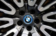 En la imagen, el logo de BMW durante una muestra en París, Francia. 30 de septiembre 2016. Las acciones de las automotrices alemanas BMW, Daimler y Volkswagen caían el lunes después de que el presidente electo de Estados Unidos, Donald Trump, advirtió que impondrá un impuesto fronterizo del 35 por ciento a los vehículos importados por Estados Unidos.Las tres automotrices han hecho grandes inversiones en fábricas en México, donde los costos de producción son más bajos que en Estados Unidos, con el objetivo de exportar vehículos más pequeños al mercado estadounidense. REUTERS/Jacky Naegelen