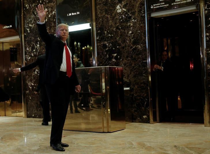 U.S. President-elect Donald Trump waves to supporters as he makes an appearance in the lobby at Trump Tower in New York, U.S., January 13, 2017. REUTERS/Mike Segar - RTX2YV1S