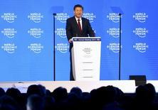"""El presidente chino, Xi Jinping, asiste al Foro Económico Mundial en Davos, Suiza. 17 de enero 2017.  La economía de China ha ingresado a una """"nueva normalidad"""", pero sus fundamentos permanecen inamovibles, dijo el martes el presidente Xi Jinping, y añadió que ahora el consumo doméstico es el principal motor de la actividad.REUTERS/Ruben Sprich"""