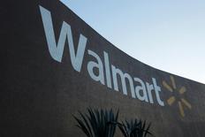 Wal-Mart Stores à suivre mardi à Wall Street. La société, soucieux de se renforcer dans le commerce en ligne, a élargi les missions d'un certain nombre de responsables du groupe pour leur donner des responsabilités à la fois dans ses magasins et sur ses activités internet, selon un document interne auquel Reuters à eu accès. /Photo d'archives/REUTERS/Daniel Becerril