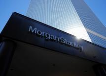 Le bénéfice de Morgan Stanley a doublé au quatrième trimestre 2016 et largement dépassé les prévisions, porté par un bond de l'activité de trading impulsé par l'élection le 8 novembre de Donald Trump à la présidence des Etats-Unis. /Photo d'archives/REUTERS/Mike Blake