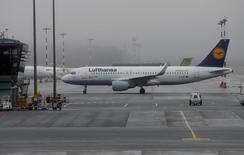 En la imagen, un avión de Lufthansa en el aeropuerto de Riga, Letonia. 21 diciembre 2016. La aerolínea alemana Lufthansa no está en conversaciones para que Etihad Airways adquiera una participación en la compañía, dijeron el martes dos fuentes cercanas al proceso, negando la información publicada anteriormente por un diario italiano. REUTERS/Ints Kalnins/Files
