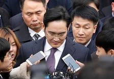 Le patron de Samsung, Jay Y. Lee, s'est présenté mercredi au tribunal de Séoul qui doit statuer sur son arrestation pour son rôle présumé dans le scandale de corruption impliquant la présidente Park Geun-hye. /Photo prise le 18 janvier 2017/REUTERS/Kim Hong-Ji