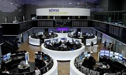 Las acciones europeas abrieron al alza el miércoles, respaldadas por una serie de resultados de empresas favorables de ASML, Novozymes y Burberry, aunque las acciones de Pearson se desplomaron después de que la compañía revisará a la baja sus previsiones de negocio. En la imagen, operadores trabajan en la Bolsa de Fráncfort el 17 de enero de 2017. REUTERS/Staff/Remote