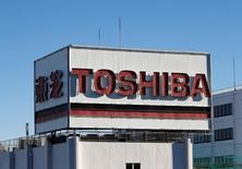 En la imagen, el logo de Toshiba en una zona industrial de Kawasaki, Japón, el 16 de enero de 2017.Toshiba Corp está considerando vender una participación minoritaria en su negocio principal de semiconductores a Western Digital Corp, dijo una fuente, en un intento por reducir el impacto de una posible amortización por miles de millones de dólares. REUTERS/Kim Kyung-Hoon
