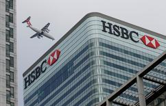 Здание HSBC в Лондоне. HSBC переведет в Париж персонал, на который приходится примерно одна пятая часть выручки от торговли в Соединенном Королевстве, после выхода Великобритании из Евросоюза, сказал в среду глава банка Стюарт Гулливер.  REUTERS/Peter Nicholls/File Photo