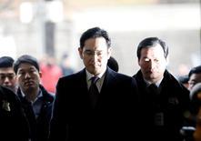 Un juez surcoreano interrogó el miércoles a puerta cerrada al líder de Samsung Group, Jay Y. Lee, para decidir si debería ser arrestado por su supuesto papel en un escándalo de corrupción que llevó al Parlamento a impugnar a la presidenta Park Geun-hye. En la imagen, el líder de Samsung, Jay Y. Lee, llega a la audiencia en la corte para revisar su orden de arresto en Seúl, Corea del Sur. 18 de enero de 2017. REUTERS/Kim Hong-Ji