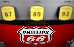 Un surtidor  de combustible en una gasolinera de Phillips 66 en Wheeling, EEUU, oct 27, 2016. Los precios al consumidor en Estados Unidos subieron en diciembre por un alza en los costos de la gasolina y los alquileres de viviendas, mientras que la medición interanual alcanzó un máximo de dos años y medio, en un indicio de que se están consolidando las presiones inflacionarias en el país.  REUTERS/Jim Young