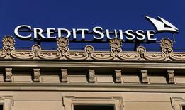 Credit Suisse a annoncé mercredi son intention d'inscrire une charge supplémentaire d'environ deux milliards de dollars (1,87 milliard d'euros) dans ses comptes du quatrième trimestre 2016 pour couvrir le coût de l'accord conclu avec la justice américaine. /Photo prise le 3 novembre 2016/REUTERS/Arnd Wiegmann
