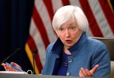 """La presidenta de Reserva Federal de Estados Unidos, Janet Yellen, en una rueda de prensa en Washington, dic 14, 2016. La presidenta de Reserva Federal de Estados Unidos, Janet Yellen, dijo el miércoles que """"tiene sentido"""" que el banco central suba gradualmente las tasas de interés si la economía está cerca del pleno empleo y la inflación se está acelerando hacia el objetivo del 2 por ciento.   REUTERS/Gary Cameron"""