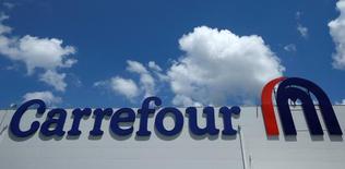 Carrefour a maintenu la cadence au quatrième trimestre grâce au Brésil et à l'Europe, tandis que le groupe a légèrement ralenti le pas en France et limité la baisse de ses ventes en Chine. Les ventes du deuxième distributeur mondial ont totalisé 23,36 milliards d'euros. /Photo d'archives/REUTERS/David Mdzinarishvili