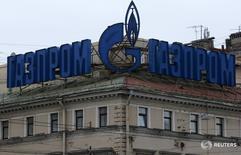 Логотип Газпрома на здании в Санкт-Петербурге 14 ноября 2013 года. Российский Газпром в третьем квартале 2016 года получил 102,2 миллиарда рублей чистой прибыли, рассчитанной по международным стандартам финансовой отчетности, завершив период отрицательным свободным денежным потоком в размере 100,9 миллиарда рублей. REUTERS/Alexander Demianchuk