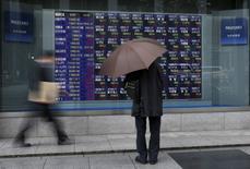 La Bourse de Tokyo a fini en légère hausse vendredi, affichant sa troisième séance de progression d'affilée tout en restant dans le rouge sur l'ensemble de la semaine, les investisseurs retenant leur souffle avant l'investiture, prévue dans la journée, de Donald Trump comme 45ème président des Etats-Unis. L'indice Nikkei a gagné 0,34% à 19.137,91 points. /Photo d'archives/REUTERS/Issei Kato
