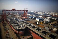 Au chantier naval de Waigaoqiao à Shanghai. L'économie chinoise a connu au quatrième trimestre une croissance de 6,8%, plus élevée que prévu et nourrie par la dépenses publique et par un crédit bancaire record, mais la décision de l'Etat de soutenir activement l'économie pose le problème d'une dette qui explose. /Photo d'archives/REUTERS/Carlos Barria