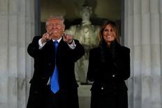 El republicano Donald Trump asumirá el viernes la presidencia de Estados Unidos, y se espera que poco después de jurar el cargo firme varios decretos para avanzar en sus prioridades y poner fin a algunas políticas de su antecesor, el demócrata Barack Obama. En la imagen, Donald Trump y su mujer, Melania, en el Lincoln Memorial el 19 de enero de 2017. REUTERS/Jonathan Ernst
