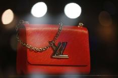 Les achats touristiques, qui constituent un bon indicateur de l'évolution des ventes de produits de luxe, ont progressé de 3,0% en décembre, signant leur première hausse depuis février 2016, selon les chiffres établis par le spécialiste de la détaxe Global Blue. /Photo prise le 4 octobre 2016/REUTERS/Régis Duvignau