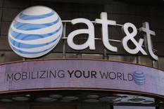 AT&T est en nette hausse vendredi à la Bourse de New York, les investisseurs saluant les plus de 200.000 nouveaux abonnés payants de son offre de télévision en ligne DirecTV Now, lancée en novembre. /Photo d'archives/REUTERS/Shannon Stapleton