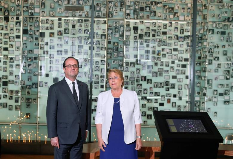 Chile's President Michelle Bachelet  and her French counterpart Francois Hollande attend a visit to the Museum of Memory and Human Rights in Santiago,  during Hollande's official visit to the country, January 21, 2017. REUTERS/Rodrigo Garrido