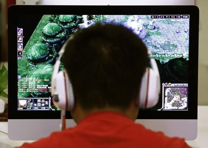 A man plays a computer game at an internet cafe in Beijing May 9, 2014. REUTERS/Kim Kyung-Hoon/Files