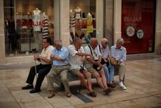 España debería adoptar el llamado sistema de cuentas nocionales ante el problema de sostenibilidad y suficiencia de las pensiones, según un estudio presentado el lunes por el 'think tank' Fedea, que considera insuficiente medidas como el incremento del empleo, de las cotizaciones o la financiación vía impuestos. En la imagen, pensionistas sentandos en un banco en la calle Marqués de Larios en Málaga, España, el 4 de julio de 2016. REUTERS/Jon Nazca